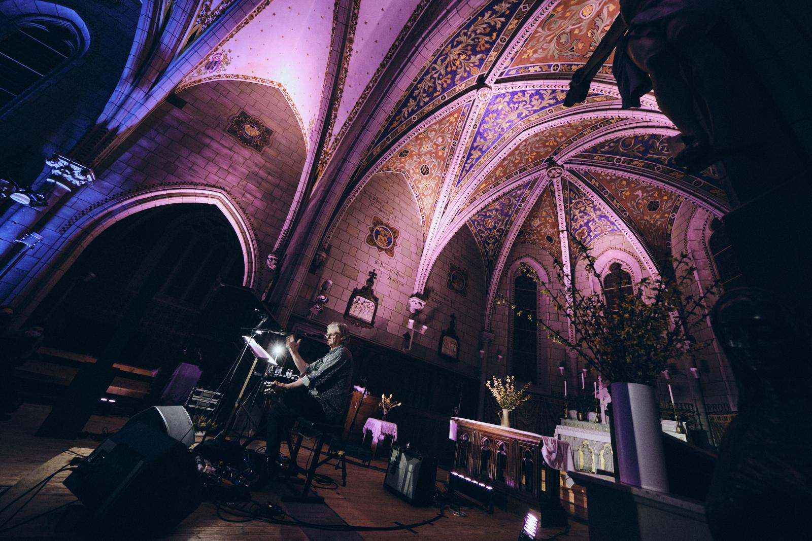 Concert culte de Rodolphe Burger dans l'église de Bernex au festival suisse Antigel : et pourquoi pas en France ?